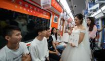 杭州地铁上演求婚大戏,女追男是种怎样的体验?