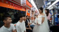 """90后女孩才不佛系,毕业女生杭州地铁向男友""""高调""""求婚"""