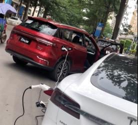 茵茵-(新闻稿2)车也能给车充电?比亚迪半路救援没电特斯拉(2)(1)615.png