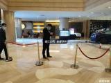 特斯拉Model 3加速冲进酒店大堂内部